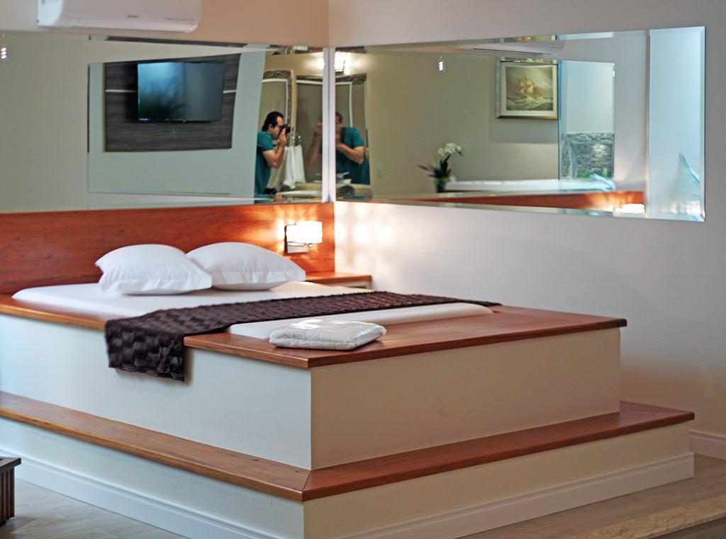 A cama da Suíte Acqua do Motel Cisne
